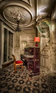 Klavier verlassenes Haus von Kelly van den Brande