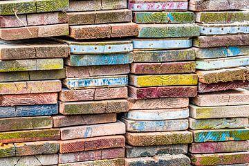 stapeltje gekleurde planken van Lydia Toerse