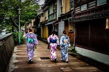 Japanse dames in een historisch straatje sur Marcel Alsemgeest
