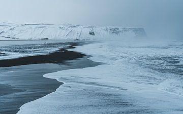 La plage de sable noir de Reynisfjara en Islande sur Michiel Dros