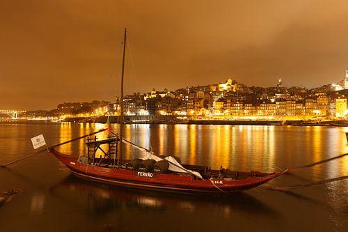Stadsgezicht Porto (Portugal) in de avond