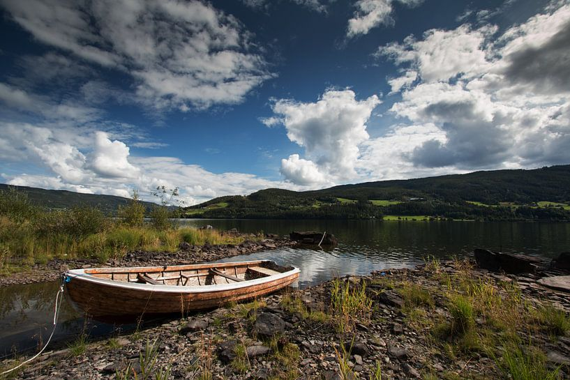 Bootje in een Noorse fjord van Klaas Hollebeek