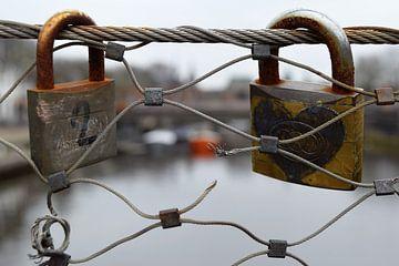 Hangslotjes aan brug in Amersfoort van Maud De Vries