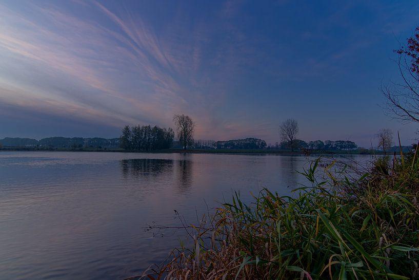 ochtend licht over rivieroever van Klaas Doting