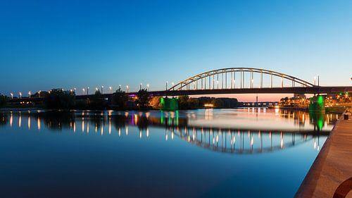 Die John-Frost-Brücke in Arnheim am Abend von