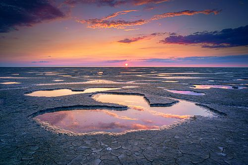 Kust van de Waddenzee bij zonsondergang