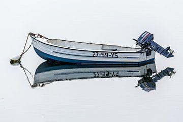 Sloep met spiegelbeeld van Fotografie Jeronimo