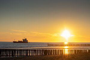 vrachtschip bij zonsondergang van Eugenlens