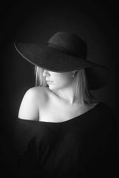 Femme avec le chapeau sur Leo van Valkenburg
