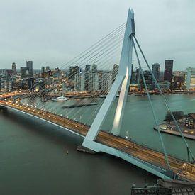 De nacht valt over de stad Rotterdam van Ilya Korzelius