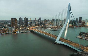 De nacht valt over de stad Rotterdam von Ilya Korzelius