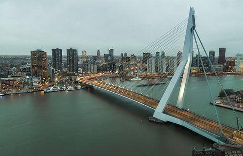 De nacht valt over de stad Rotterdam van