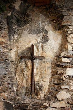 Kruisbeeld in natuursteen  van Caroline van Sambeeck
