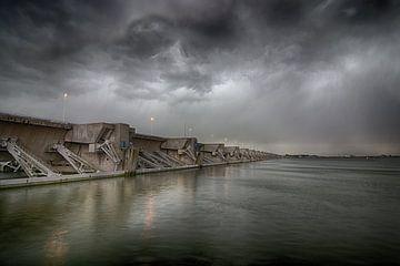 Haringvliet dam met donkere luchten van Etienne Rijsdijk