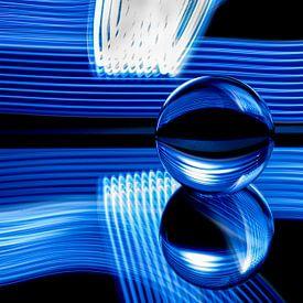 Glazenbol fotografie - blauwe strepen,zwarte achtergrond van Marcel van den Bos