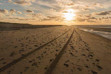 Sporen in het Noordzeestrand van Vlieland von Tonko Oosterink