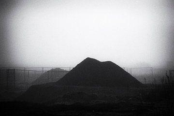 Landschaft mit Baumaterialien im Nebel, schwarz und weiß von Ger Beekes