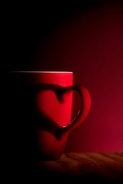 serie Simply Red, titel Schaduw hart (rode koffiekop) van Kristian Hoekman