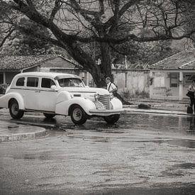 Liften in regenachtig Havana, witte oldtimer van Eddie Meijer
