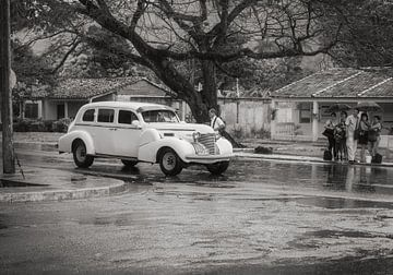 Waiting for a lift in rainy Havanna, Cuba von Eddie Meijer