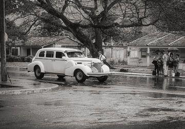 Liften in regenachtig Havana, witte oldtimer von Eddie Meijer