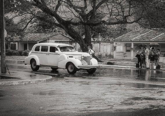 Liften in regenachtig Havana, witte oldtimer