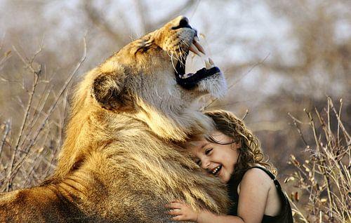 Leeuw met kleuter van Sarah Richter