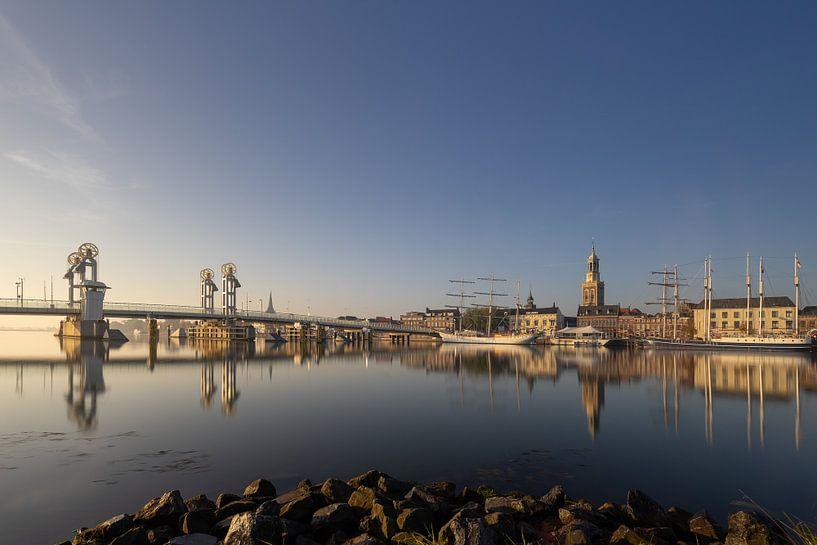 Kampen skyline in een gouden herfst ochtend #3 van Edwin Mooijaart