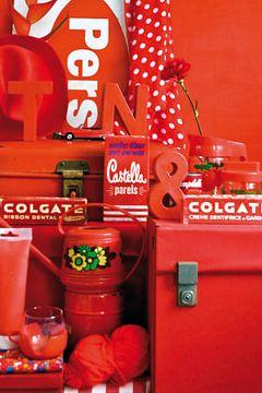 Stilleben mit rotem Retro-/Vintage-Zeug. von Therese Brals
