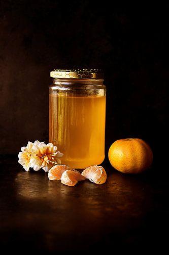Topf mit Honig und Clementinen von Digital Curator