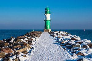 Mole an der Ostseeküste in Warnemünde im Winter.