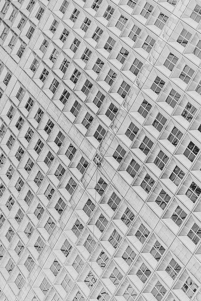 Abstracte foto van La Défense in zwart-wit in Parijs, Frankrijk van Bas Meelker