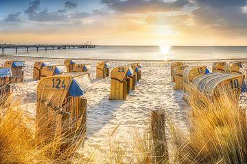 Strandkörbe am Strand der Ostsee zum Sonnenaufgang. von Voss Fine Art Fotografie