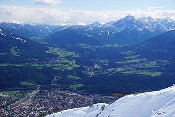 Schnee im Sommer mit Blick auf Innsbruck und die Serles, Tirol (Österreich) von Kelly Alblas