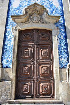 Holztür und blaue Fliesen in Porto Portugal von My Footprints