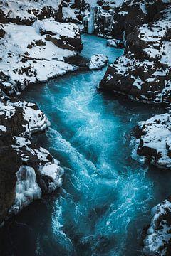 Stromend blauw water van Abby's Voyage