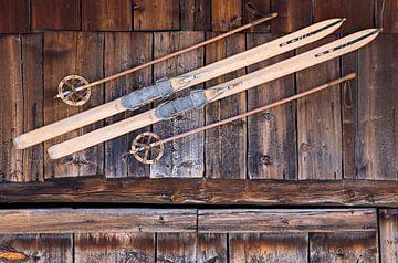 Oud paar ski's bij een skihut in Zwitserland van Werner Dieterich