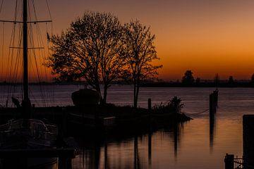 Zonsondergang bij de Hitserse Kade van René Groenendijk