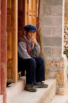 Chinese man in deuropening van Cindy Mulder