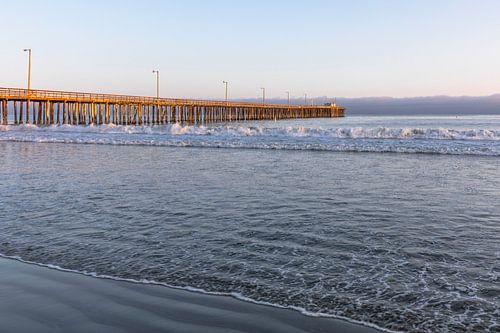Houten pier in de grote oceaan