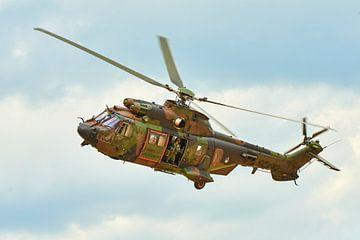 Loadmaster in Cougar transporthelikopter zwaait bij vertrek van Jenco van Zalk