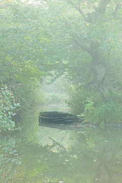 Verlassenes Boot im Nebel von Thijs Friederich