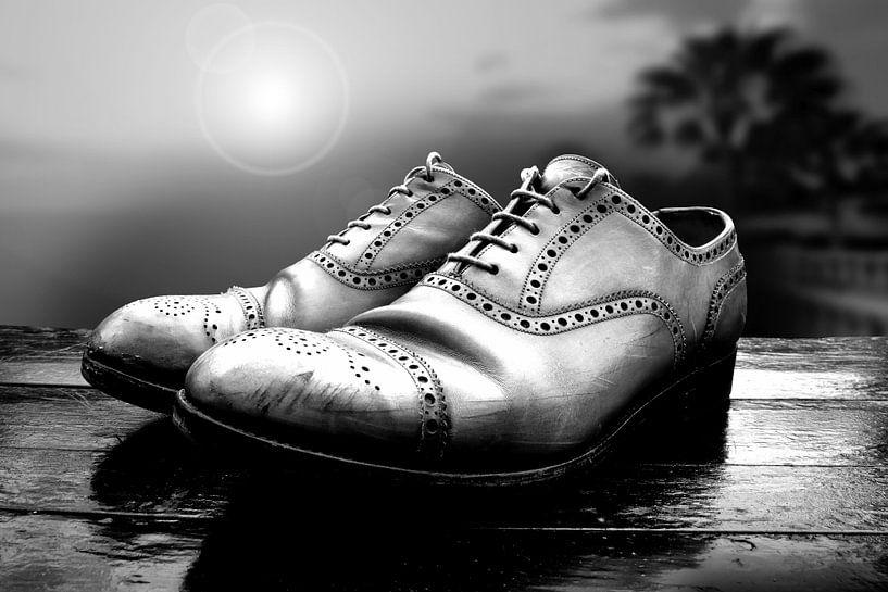 Oude schoenen (zwart-wit) van Rob Blok
