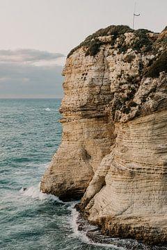 Uitzichtspunt van een rotsformatie aan de kust in Beiroet in Libanon van Moniek Kuipers
