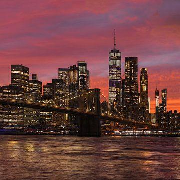 Skyline von Manhattan und  Brooklyn Bridge  bei Sonnenuntergang, New York, USA von Markus Lange
