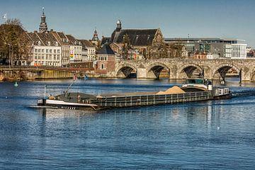 Binnenvaartschip op de Maas bij Maastricht