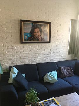 Klantfoto: Oude Nepalese vrouw rookt sigaret van Ellis Peeters