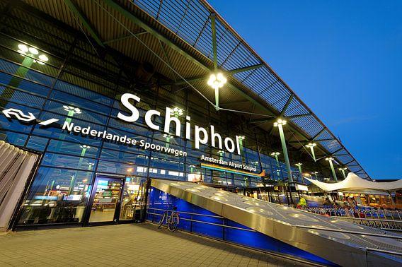 Schiphol Amsterdam in de avond van Merijn van der Vliet
