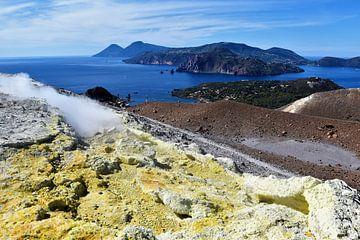 Blik op de Liparische eilanden vanaf Vulcano van Peter Ruigrok
