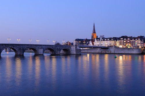 Sint Servaasbrug en Wyck op de Oostelijke Maasoever in Maastricht in de avond van